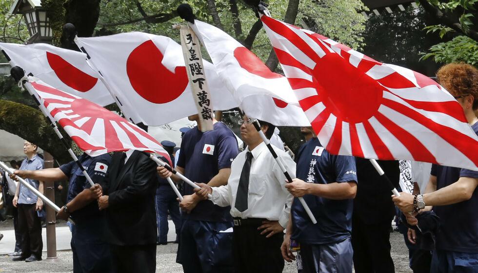 KONTROVERSIELT: Bildet viser det japanske flagget samt «rising sun»-flagget som Sør-Korea nå vil forby. Foto: Yuri Kageyama/NTB Scanpix