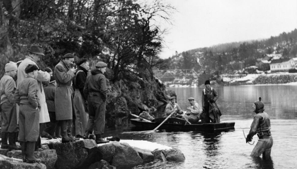SØK: Kripos bekrefter at våpenet som ble funnet sammen med likrestene i Mandal, er en rifle av merket Krag-Jørgensen. Dette er den samme type våpen som forsvant samtidig med Arne Odd Torgersen for 64 år siden. Her søker en dykker etter Torgersen i Mandalselva i april 1955. Arkivfoto: NTB scanpix