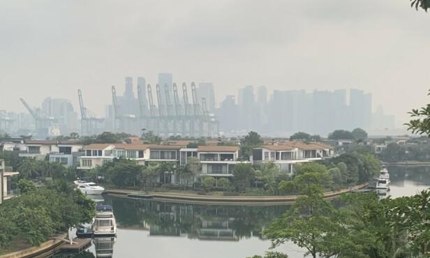 <strong>RØYKLAGT:</strong> Deler av byen er innhyllet i røyk. Foto: Karoline Riis Rigault