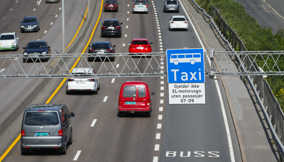 KOLLEKTIVFELT: Elbiler må ha passasjerer om de skal kjøre i kollektivfeltet på E18 i rushtiden, men det er ikke nok, mener Yrkestrafikkforbundet. Foto: Heiko Junge / NTB scanpix