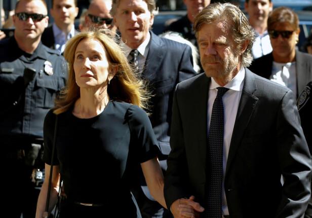<strong>TIL RETTEN:</strong> Felicity og ektemannen på vei inn til retten i Boston fredag. Foto: NTB Scanpix
