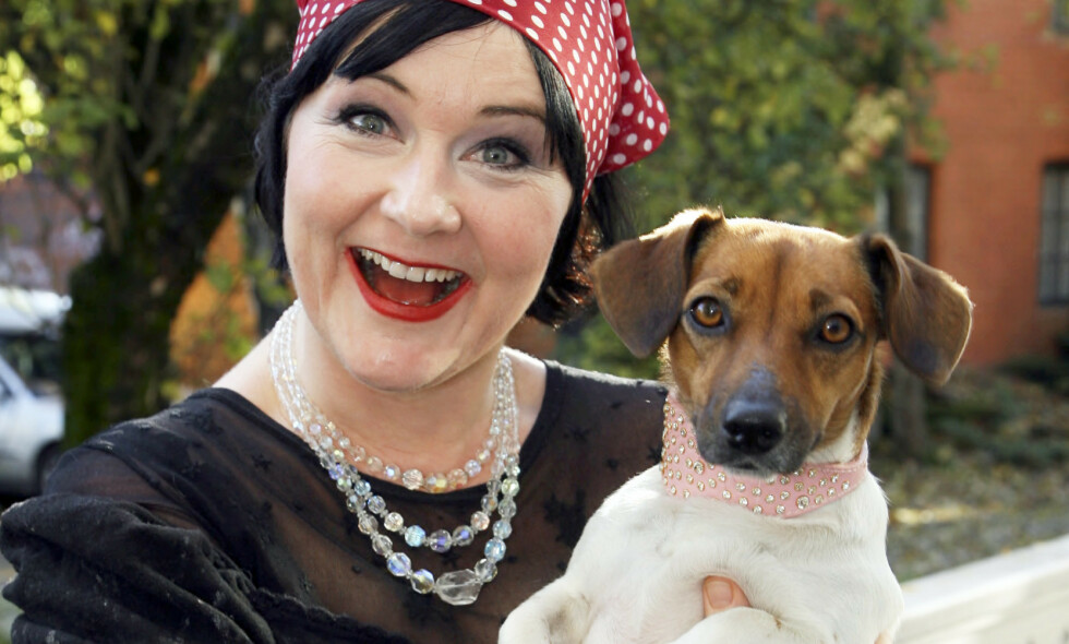 I SORG: Christine Koht har mistet sin kjære Pipp. Hunden, som er av rasen Jack Russel-terrier, ble 15 år gammel, og ble avlivet da matmor lå i koma. Foto: Tore Skaar / Se og Hør