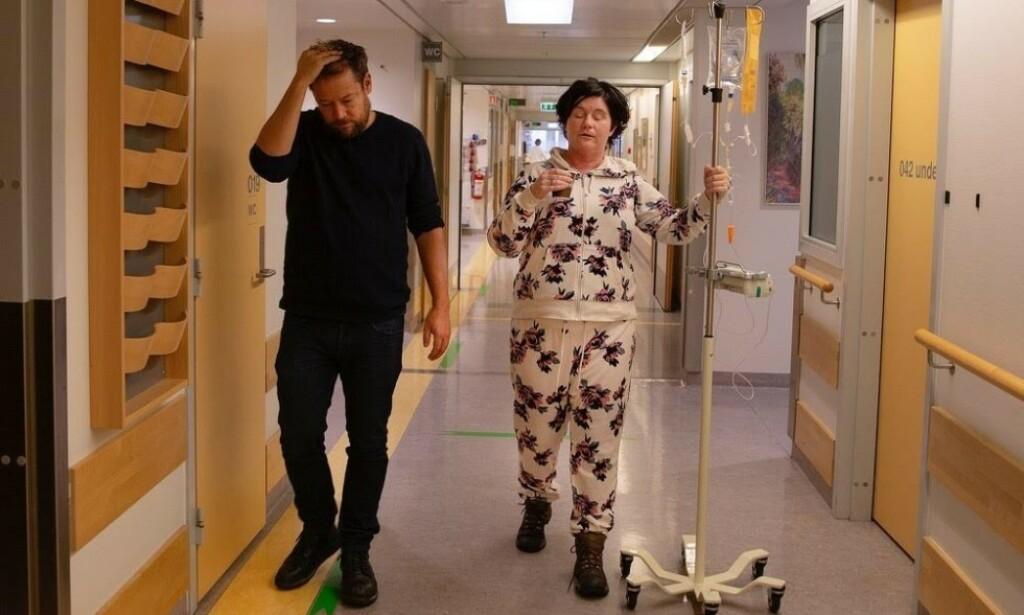 FORANDRING: Christine Koht er nærmest ugjenkjennelig etter flere behandlinger med kortison. I juni viste hun fram sitt «nye» ansikt i et åpenhjertig intervju med Aftenposten. Her med podkast-makkeren Joachim Førsund. Foto: Privat