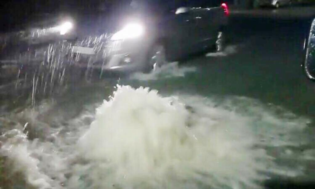 VANNMASSER: Uværet skapte problemer i Bergen lørdag kveld. Vannet strømmet opp av kummene, slik du kan se på bildet. Foto: Richard Halland / NTB Scanpix