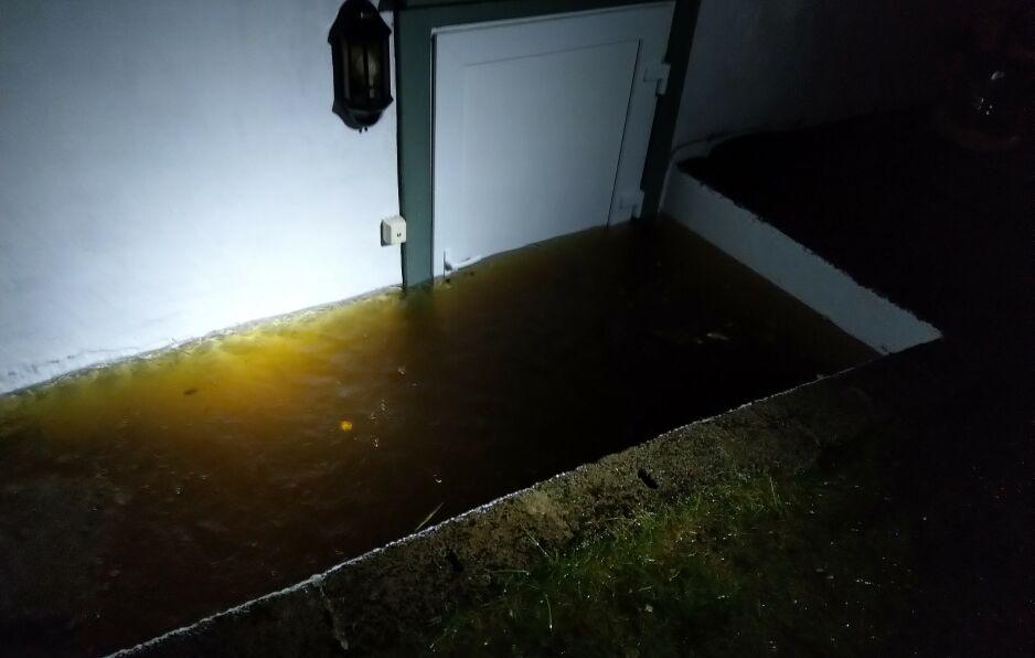 STENGT INNE: Bak denne døra sto Nadia og øste vann fra leiligheten. Foto: Privat