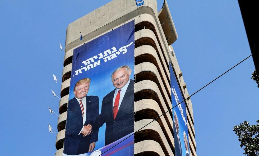 GIGANTOMANI: Det spares ikke på veggplassen når det henges opp valgplakater av Benjamin Netanyahu og hans trofaste støttespiller Donald Trump. Foto: JACK GUEZ/ AFP/NTB Scanpix