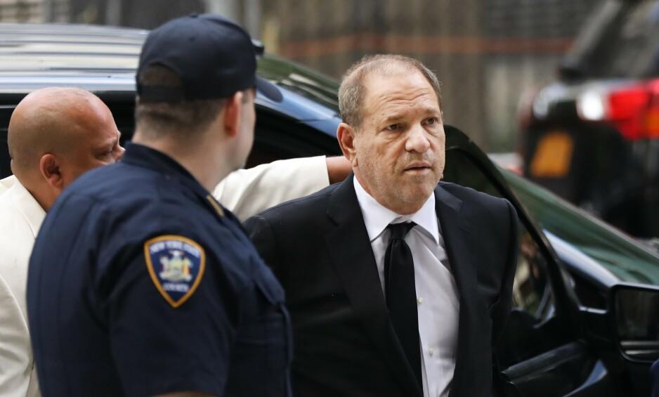 FALT DYPT: Den før så mektige Harvey Weinstein utenfor rettslokalet i New York tidligere denne sommeren. Foto: Platt Spencer / AFP / Scanpix