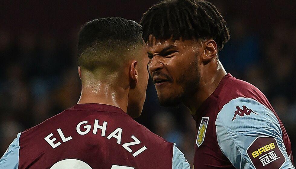 FORBANNA: Aston Villas Anwar El Ghazi ogTyrone Mings kranglet og var i tottene på hverandre underveis i kampen mot West Ham. Foto: Paul ELLIS / AFP / NTB Scanpix