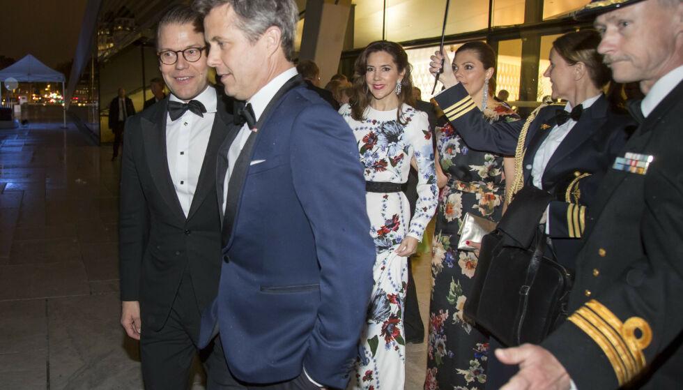SKAPER BÅND: Et av målene med det svenske kronprinsparets Danmarks-besøk, skal være å skape et nærmere bånd til kronprins Frederik og kronprinsesse Mary. Her er de avbildet under kong Harald og dronning Sonjas 80-års feiring i 2017. Foto: NTB Scanpix