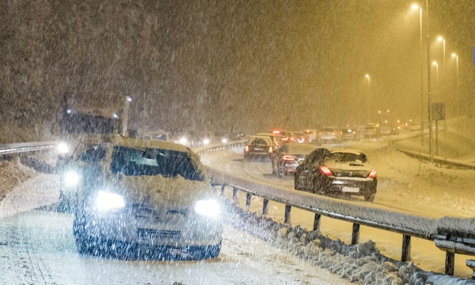 SNØVÆR: I Norges tre nordligste fylker er det duket for snøkaos. Også utsatte steder i Sør-Norge vil merke snøen over fjellovergangene. Foto: Tor Erik Schrøder / NTB Scanpix
