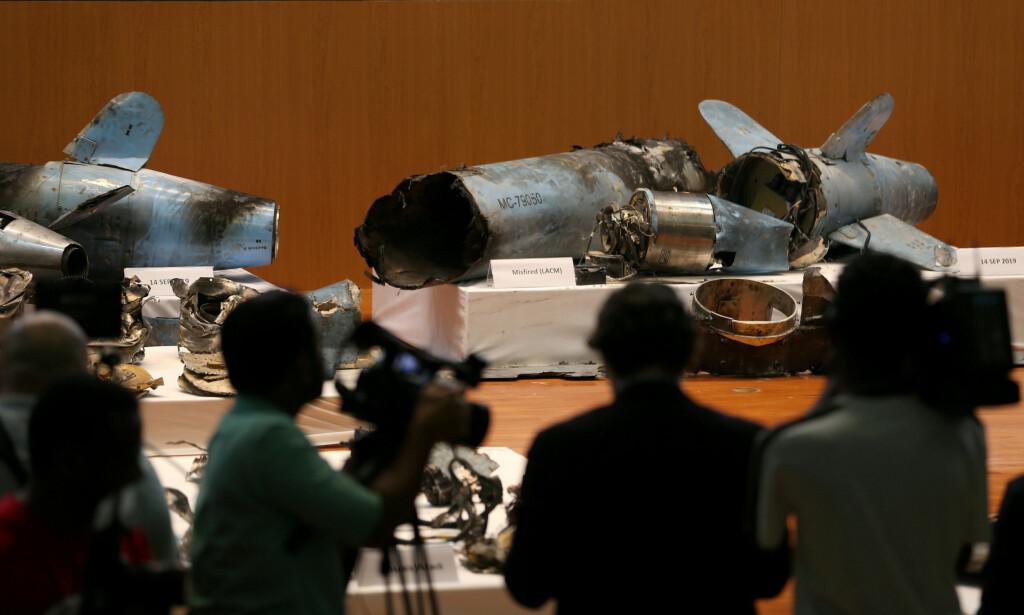 VISTE FRAM MISSILER: Saudi-Arabia hevder angrepet mot landets oljeanlegg kom nordfra, og at det ikke er noen tvil om at de ble gjennomført med støtte fra Iran. Rester av det som skal være missilene som ble brukt, ble vist fram på en pressekonferanse i Riyadh onsdag. Foto: Reuters / NTB Scanpix