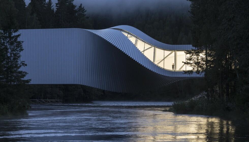 Snor seg: The Twist er tegnet av danske Bjarke Ingels og snor seg over Randselva. Foto: Kistefos
