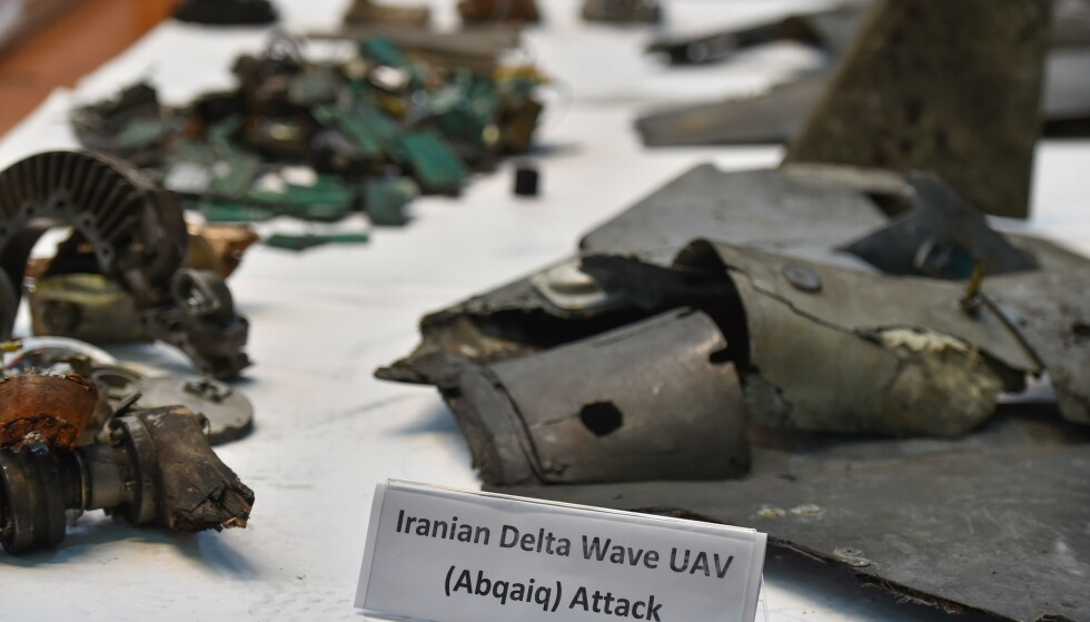 KRYSSERMISSIL OG DRONER: Det saudiarabiske militærets talsmann Turki al-Malki viste på en pressekonferanse i Riyadh onsdag ettermiddag fram det han beskriver som et iransk kryssermissil og droner brukt i helgens angrep mot Saudi-Arabias oljeindustri. Foto: Amr Nabil / AP / NTB scanpix