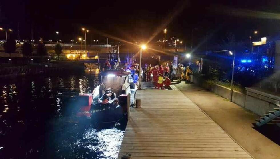 STOR AKSJON: En stor redningsaksjon ble iverksatt, med dykkere, brannbiler og redningsskøyte. Kvinnens hjerte begynte å slå igjen etter livreddende førstehjelp. Foto: Redningsselskapet