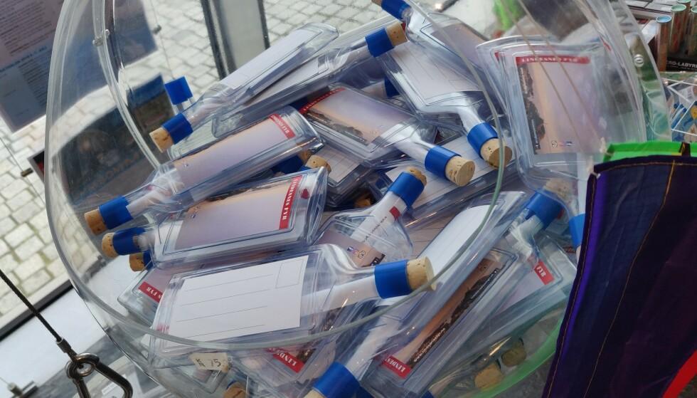FLASKEPLAST: På Lindesnes fyr selges disse flaskepostflaskene - i plast - med stor fare for at de havner rett i sjøen. Foto: Ånund Bygland