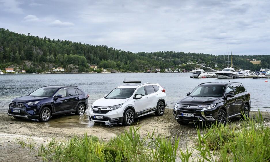 TRE HYBRIDER - ÉN VINNER: De populære hybridbilene Toyota RAV4 4WD (f.v.), Honda CR-V Hybrid 4WD og Mitsubishi Outlander PHEV er grundig testet av motorgjengen i Autofil. Testen viser at en av dem stakk av med en klar seier.
