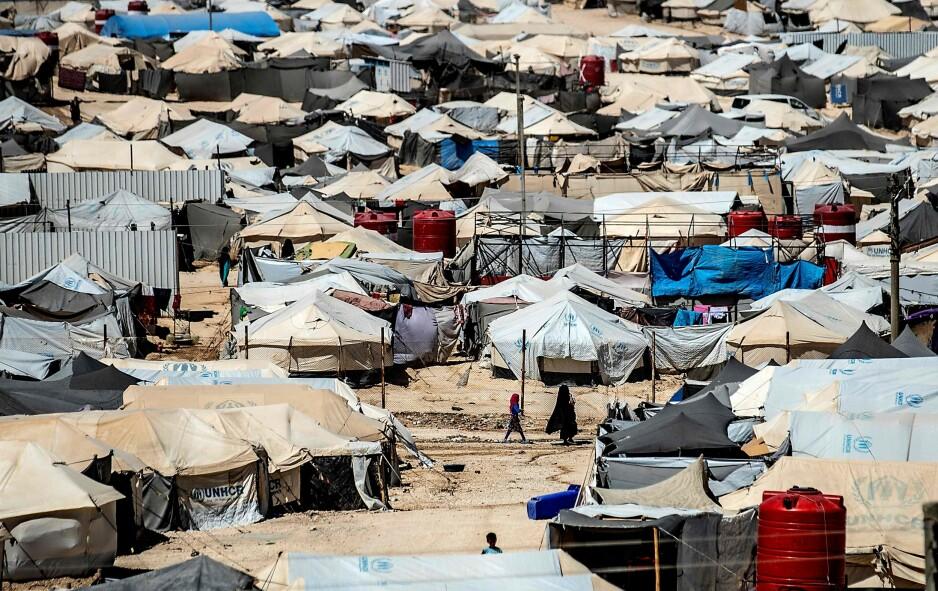 TØFFE LIV: Nær 50 000 barn under 18 år bor sammen med drøye 20 000 kvinner her i al-Hol-leiren. Både helsearbeidere, journalister og andre som jobber eller besøker leiren forteller om forferdelige leveforhold. Kurdiske myndigheter ber Norge og andre land om å hente hjem sine borgere. Her skal det også bo over 30 norske barn og ti mødre. Foto: Afp / Scanpix