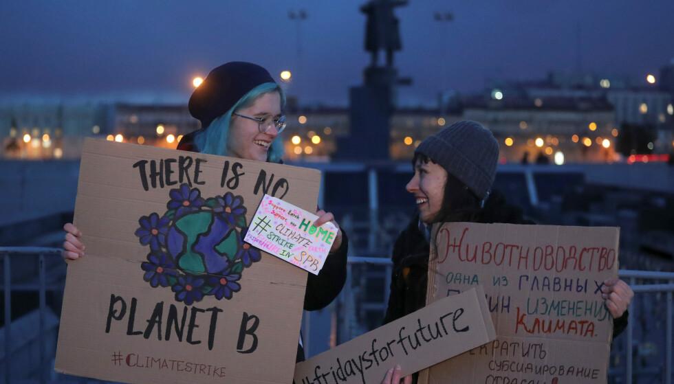 BARE NOEN FÅ: Rundt 40 - 50 mennesker var møtt opp for å streike for et bedre klima i Russlands St. Petersburg på fredag. Foto. REUTERS / NTB Scanpix