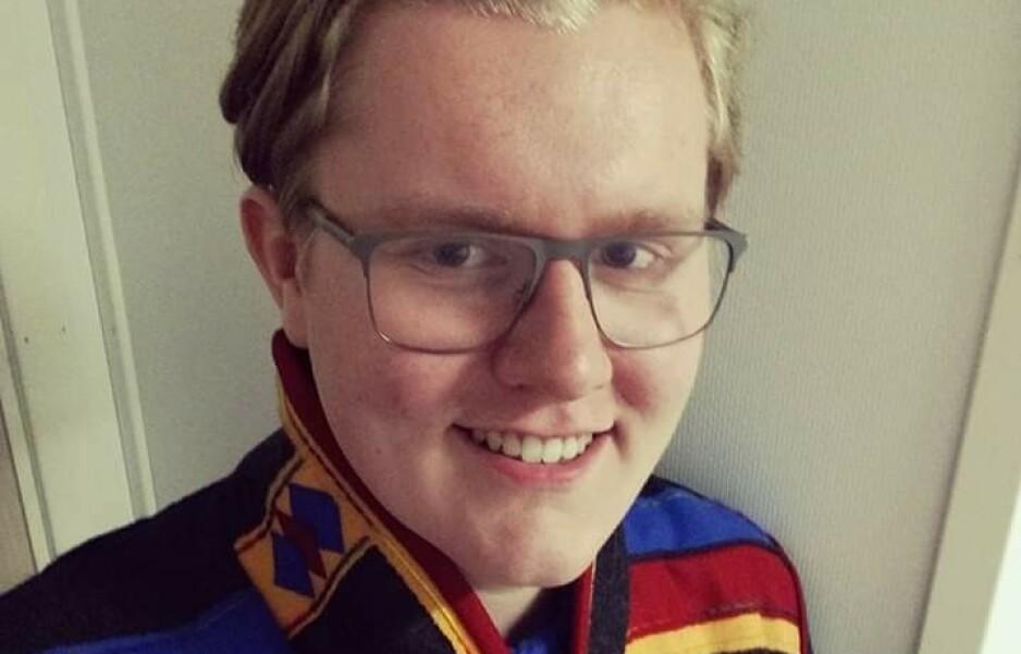 SLÅTT NED: Jon-Richard Sommernes (21) ble slått ned i Tromsø sentrum, mens han var ikledd finstasen for å feire bryllupet til søstera. Foto: Privat