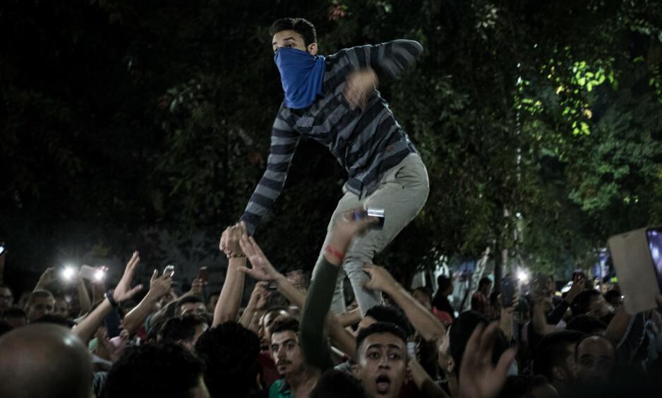 VI ER TILBAKE: Titusener av egyptere trosset igjen frykten og gikk ut i Egypts gater og krevde sin presidents avgang. - Gå, Sisi, gå! Vi er ikke redde og gir oss ikke, var beskjeden for folkemengdene i går. Foto: Oliver Weiken / dpa / Scanpix