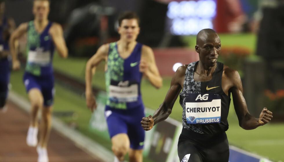 ALLTID BAK: Filip og Jakob Ingebrigtsen har alltid løpt bak sterke Timothy Cheruiyot. Etter ZDFs dopreportasje fra Kenya spørs det om kenyaneren får lov til å være med i VM. Selv om han er uskyldig, kan Kenya bli utestengt. FOTO:AP Photo/Francisco Seco.