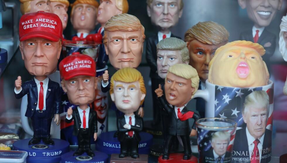 I MANGE ROLLER: Donald Trump opptrer i mange roller. Nå som pengeutpresser. Her fra en gavebutikk i Times Square i New York. Foto AFP / NTB Scanpix