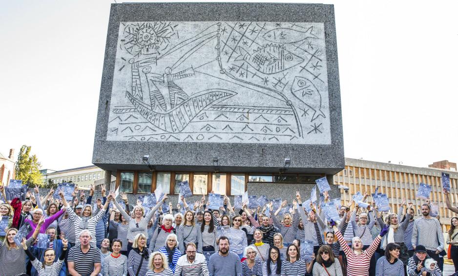 Y-BLOKKA: Demonstranter samlet seg foran Y-blokka 13. september for å markere den massive motstanden mot vedtaket om riving. De var iført stripete plagg for å hedre Picasso. Foto: Ole Berg-Rusten / NTB scanpix