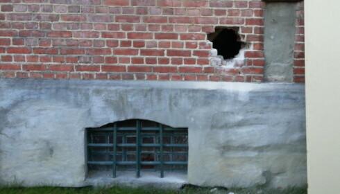 SMAL SAK: Gjennom dette lille hullet i veggen, kom Fred Binaku seg ut. Foto: Hamar fengsel