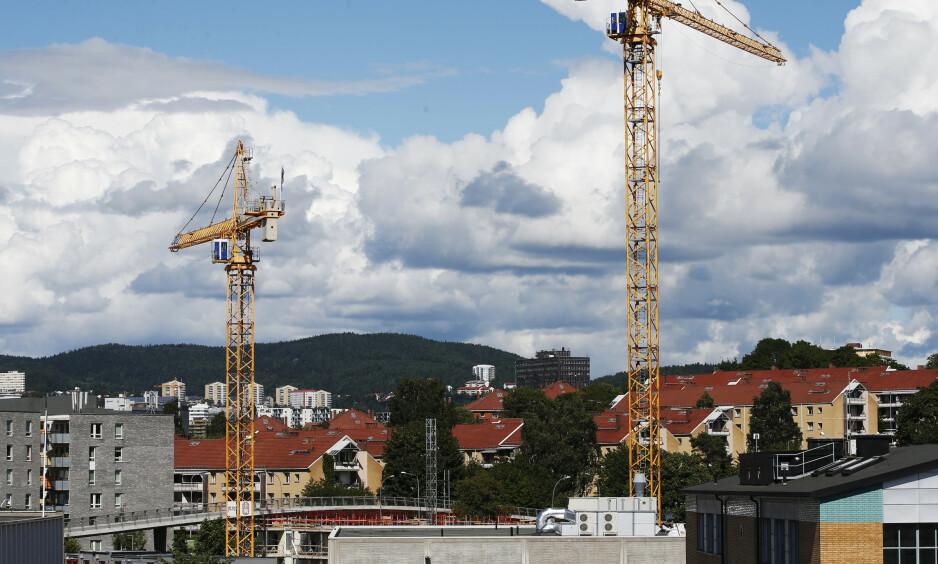 Svært mange nordmenn har sparepengene sine knyttet til boligen de eier. Derfor bør ikke vi politikere foreta oss noe som reduserer verdien på boligene radikalt, skriver innsenderen. Her fra byggevirksomhet på Hasle og Løren i Oslo der tusener av boliger har reist seg de siste åra. Foto: Lise Åserud / NTB scanpix