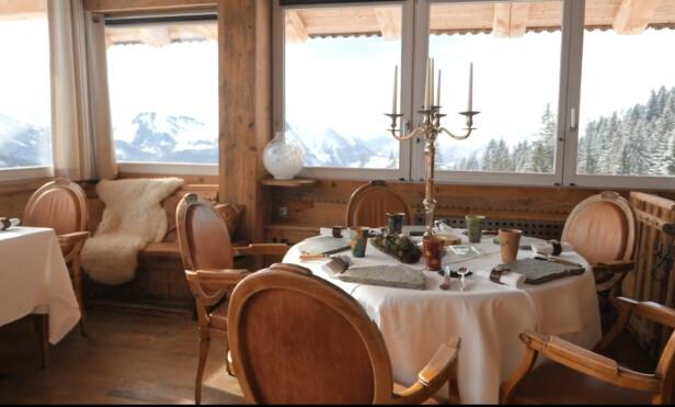 ALPESTED: Du kan nyte synet av alpene i Marc Veyrats restaurant Maison de Bois - men at han serverer ostesufflé med cheddar, vil han ikke vedkjenne seg. Foto: Maison de Bois