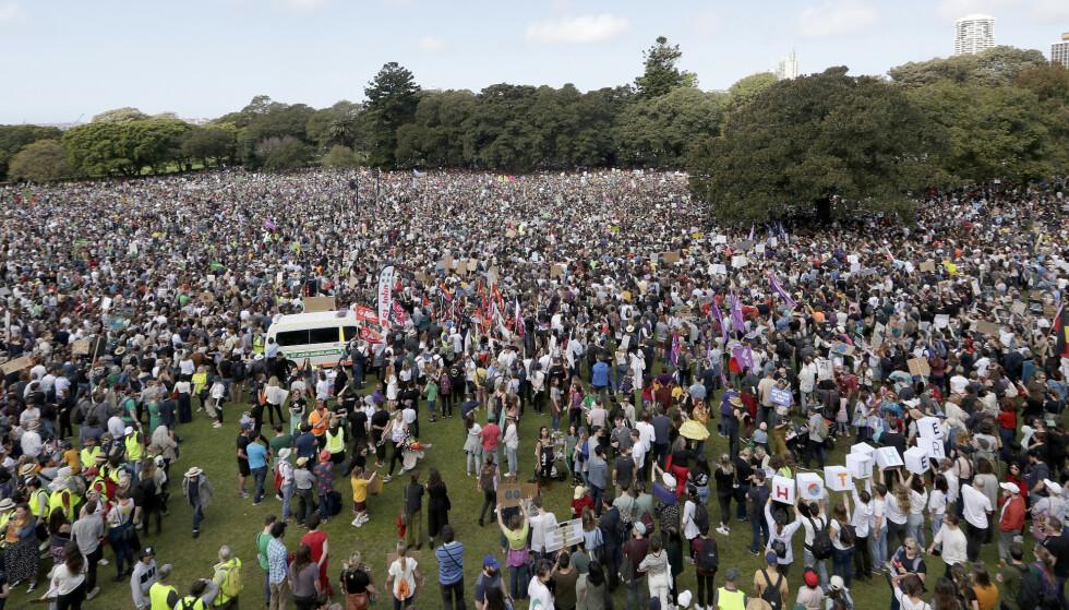 FOLKEHAV: Fra Sydney sist fredag. Tusener av skoleelever streiker for klimaet, i en verdensomspennende samordnet aksjon. Foto: Tiger Balsmeyer / AP / NTB Scanpix