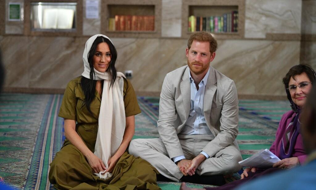 BESØK: Meghan og Harry på besøk i moské i Bo-Kaap tirsdag morgen. Foto: NTB Scanpix
