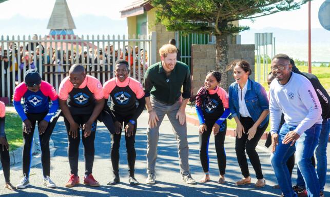 GODT HUMØR: Hertugparet så ut til å kose seg på besøk hos organisasjonen Waves for Change i Cape Town. Foto: NTB Scanpix