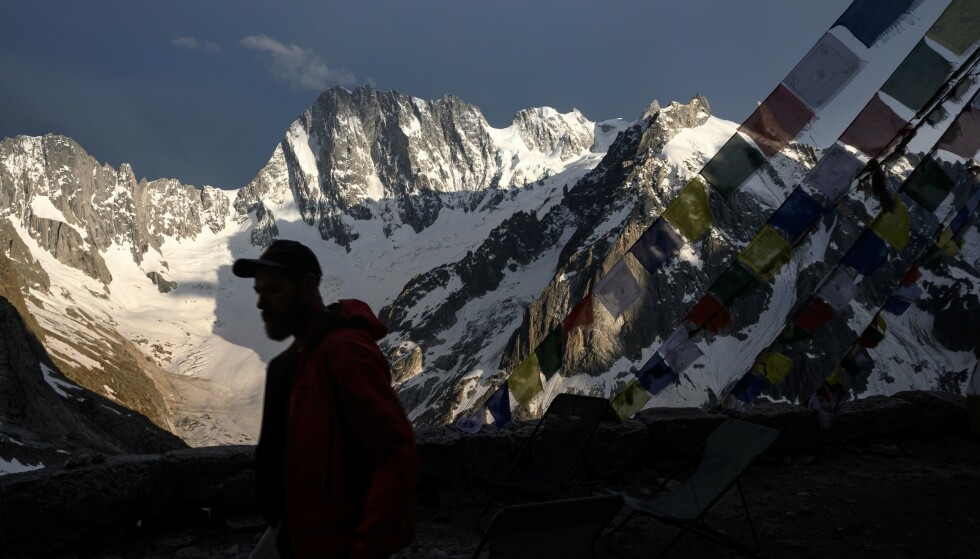 FRYKTER RAS: På Grandes Jorasses på Mont Blanc-massivet, ligger isbreen Planpincieux. Som følge av kraftig smelting på breen, frykter nå myndighetene at over 20 000 lastebillass med masse kan rase ut fra fjellsida. Foto: MARCO BERTORELLO / AFP / NTB Scanpix
