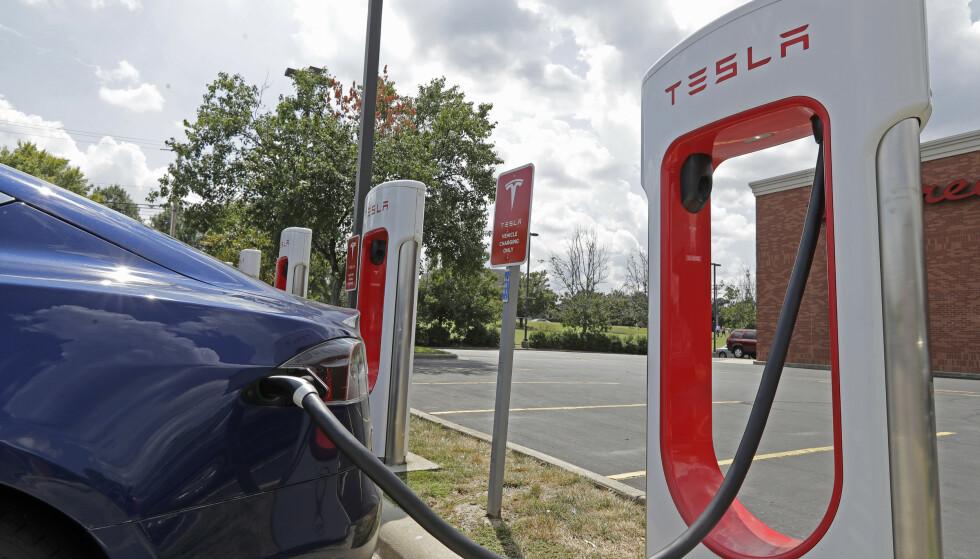 FORNØYD: Selv om Tesla-eiere er de mest fornøyde elbilkundene i Norge, opplever Forbukerrådet rekordmange klager. Foto: AP Photo/Chuck Burton/NTB Scanpix