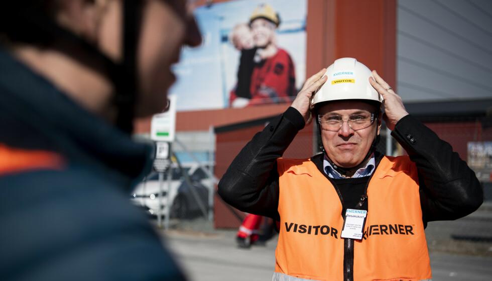 TULLEDEBATT: Fylkesordfører i Trøndelag og sentralstyremedlem Tore O. Sandvik mener debatten om hvorvidt Ap bør samarbeide med MDG på riksplan, er en tulledebatt og ingen aktuell problemstilling. Han slår fast at Ap er et parti for å utvikle, ikke avvikle industri. Her besøker Sandvik Aker Verdal. Foto: Ole Martin Wold / NTB scanpix