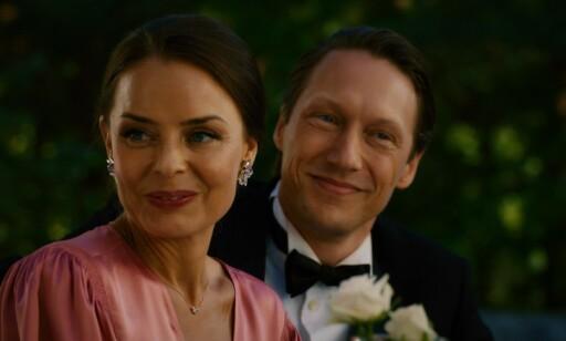 TROFÉKONE: Hermine (Agnes Kittelsen) er Adams (Simon J. Berger) kone. Hun har sluttet på psykologistudiet for å være trofékone på fulltid. Foto: Fremantle / NRK