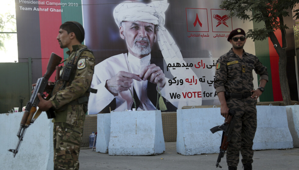 ET LAND I KRIG: I Afghanistan må til og med valgplakater av den sittende president Ashraf Ghani beskyttes. Foto: Rahmat Gul/AP/NTB Scanpix