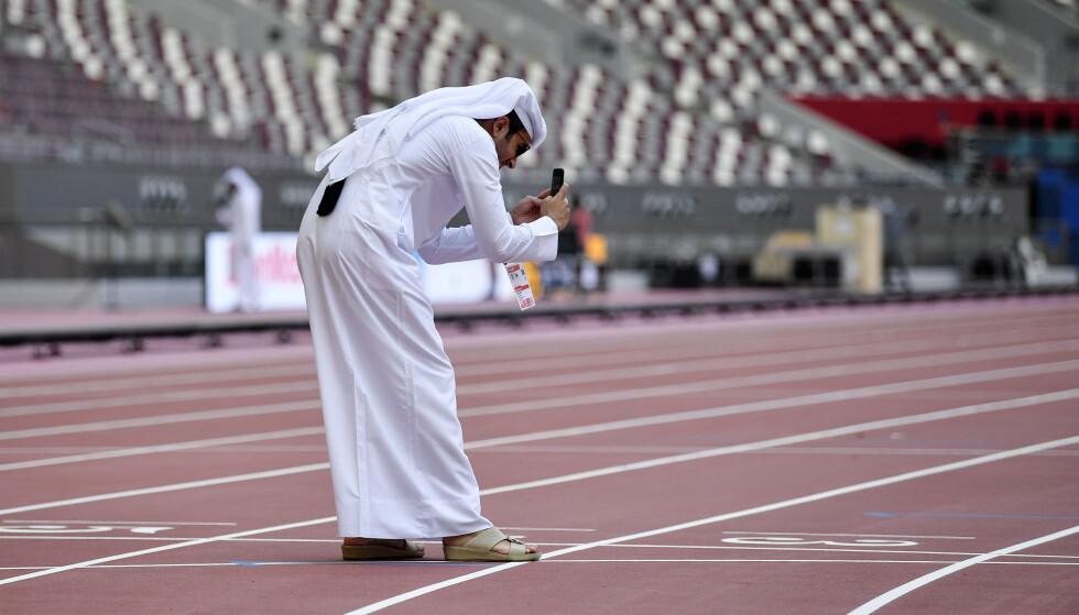 VM I HUS: En hjemmefan tar bilder av detaljene på vidunderstadion Khalifa der friidretts-VM starter i dag. Qatar har penger til å skaffe seg alle mulige mesterskap i idrett. Så hva med et vinter-OL for å understreke galskapen? FOTO:AP/Martin Meissner.