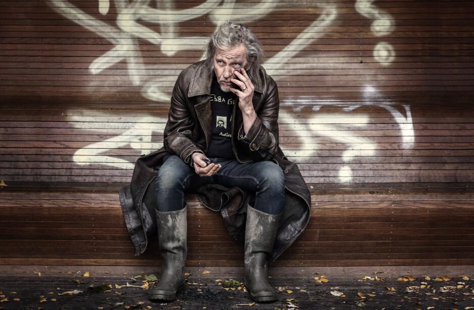 KULLSVART: Stefan Sundström har «pyntet» seg med kull - og ber oss tenke nytt for klimaets skyld. Framtida kan fortone seg kullsvart om vi ikke gjør noe raskt. Foto: Jeanette Anderson