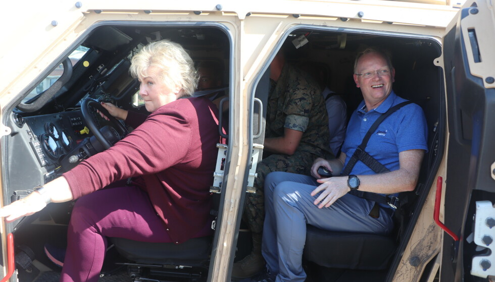 HEKTISK: Statsminister Erna Solberg og ektemannen Sindre Finnes på besøk på en militærbase i Nord-Carolina torsdag. Foto: Vegard Kristiansen Kvaale / Dagbladet