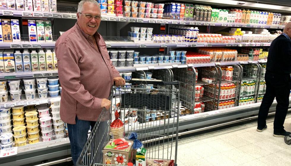 SMØRBLID: Helge Angell-Petersen tar ofte turen til Nordby-senteret for å handle mat. - Jeg sparer mye på å kjøpe meieriprodukter, sier han. Foto: Christopher Sjuve