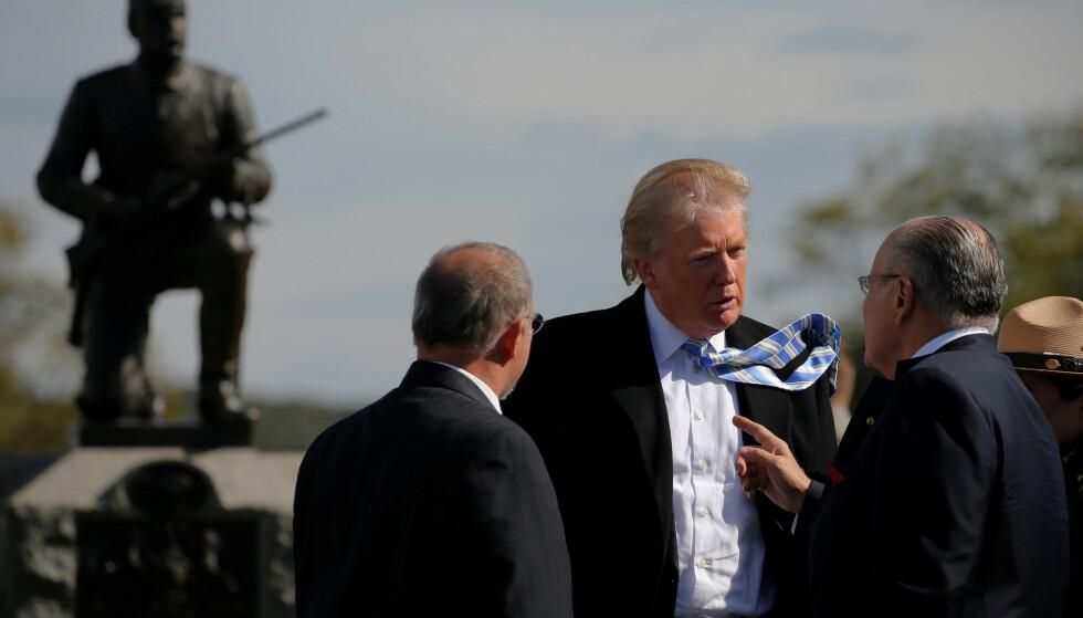 PRESIDENTEN OG ADVOKATEN: Donald Trump og Rudy Giuliani i samtale ved Gettysburg i 2016. Foto: REUTERS / Jonathan Ernst   / NTB scanpix