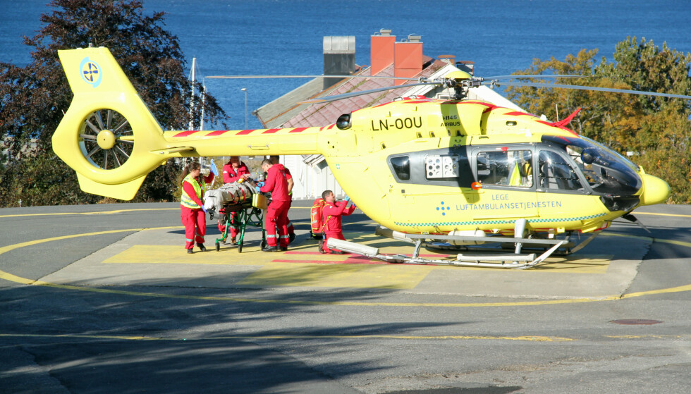 TIL SYKEHUS: Ambulansehelikopteret landet ved Sandnessjøen sykehus med to pasienter om bord klokka 12.50, ifølge Helgelands Blad. Foto: Morten Hofstad / Helgelands Blad