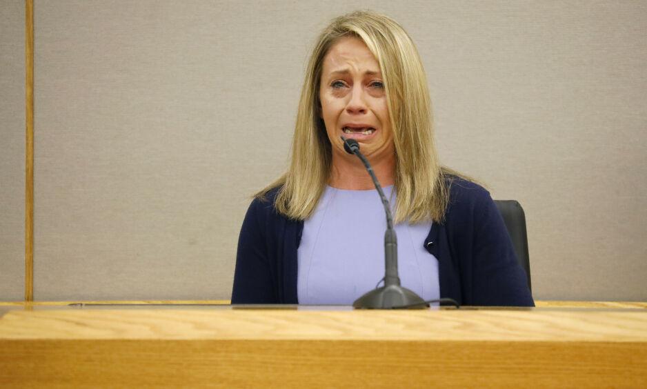 DRAPSTILTALT: Amber Guyger (31) var opprinnelig siktet for uaktsomt drap, men tiltalen landet på forsettlig drap. Her i vitneboksen i dag. Foto: Tom Fox / The Dallas Morning News / AP / NTB Scanpix