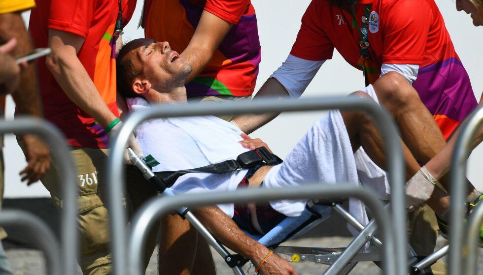 KOLLAPSET: Yohann Diniz måtte få hjelp i Rio-OL. Foto: Jewel SAMAD/AFP/NTB Scanpix