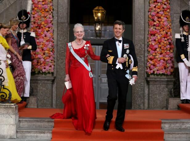 MOR OG SØNN: Her er dronning Margrethe avbildet sammen med kronprins Frederik utenfor Slottskyrkan i Stockholm etter vielsen mellom prins Carl Philip og prinsesse Sofia i 2015. Foto: NTB Scanpix