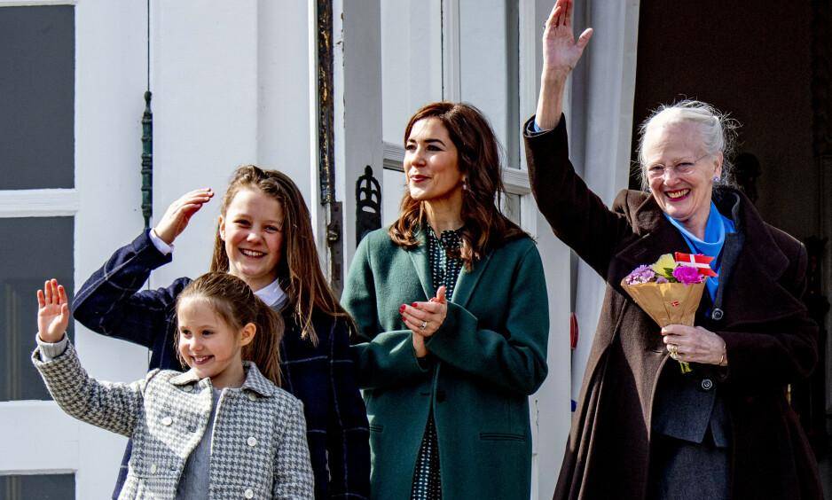 ÆRLIG: Dronning Margrethe forteller i et sjeldent intervju med den svenske avisa Expressen at hun ikke er noen god farmor for barnebarna sine. Her avbildet sammen med kronprinsesse Mary, prinsesse Isabella og prinsesse Josephine tidligere i år. Foto: NTB Scanpix