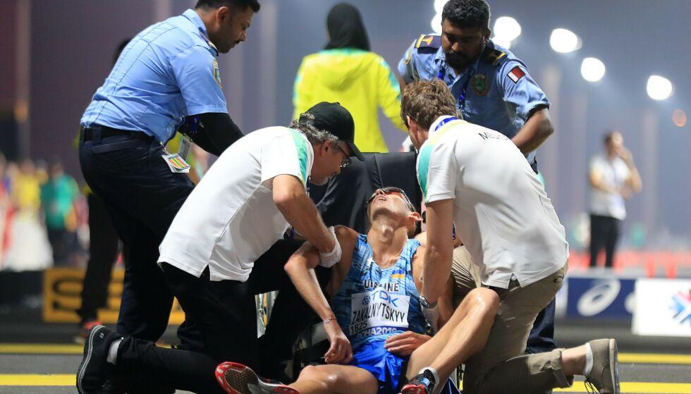 QATAR-STROFE: Ukrainas Maryan Zakalnytskyy får medisinsk tilsyn under 50 kilometer kappgang. Foto: MUSTAFA ABUMUNES / AFP /NTB Scanpix