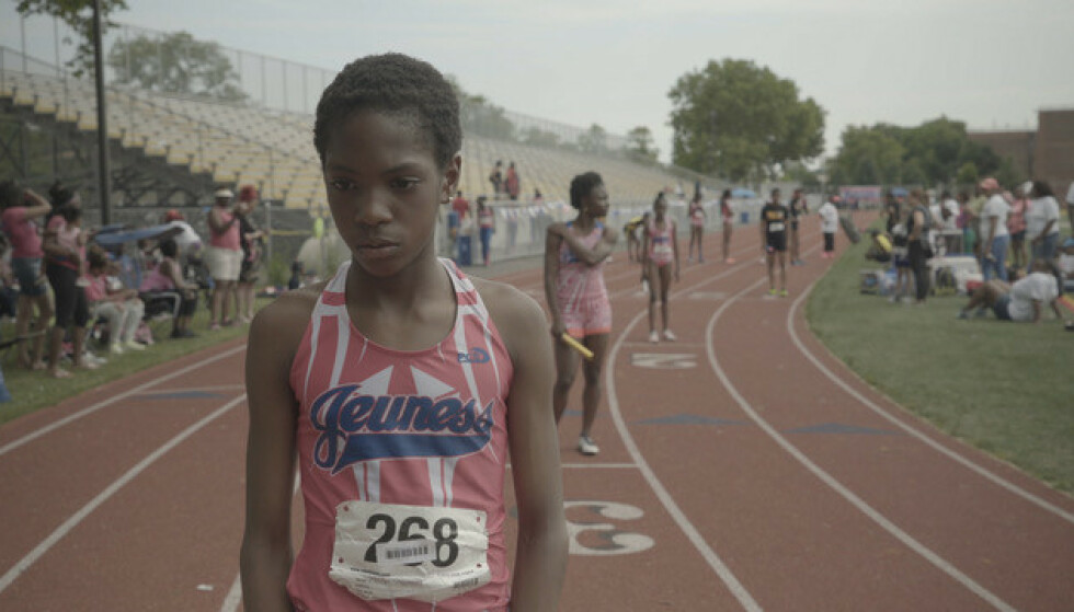 LAGFØLELSE: Fellesskapet og lagånden innad i løpeklubben Jeuness er viktig for jentenes suksess. Foto: Derek Howard / Netflix